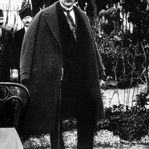 Mustafa Kemal Atatürk bu beyiti 1 Mart 1922 günü meclis kürsüsünden söylemiştir.